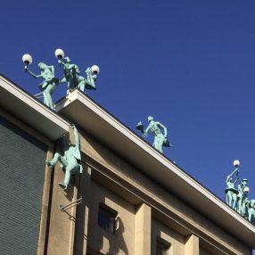 Steun cultuur: culturele figuren op en bungelend aan een dak in Enschede